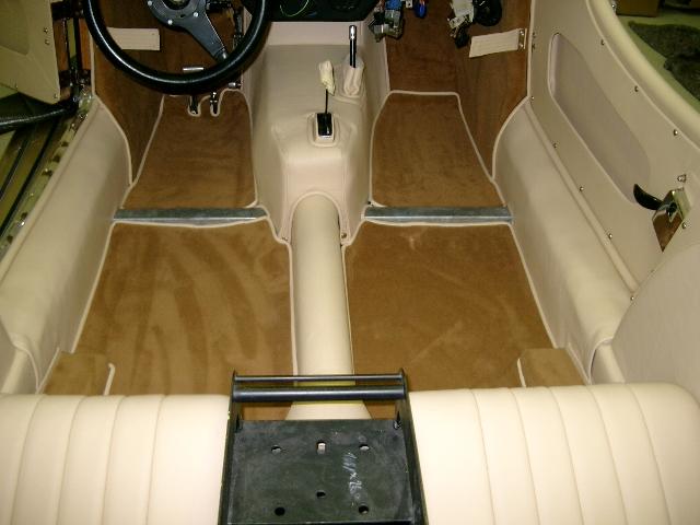 Morgan Plus 8 Spezialumbau 4-Sitzer braun gold Aufbereitung Umplettumbau Oldtimer Fine Car Interiors Matthias Stellrecht Oldtimer Porsche Morgan Innenausstattung Sitze beige Verdeck braun Detailaufnahme